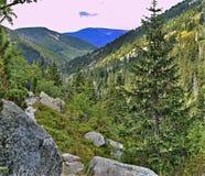 Взгляд шахты Эльбы с золотым холмом 1 411 m выше уровень моря Белая долина Эльбы в гигантской горе, чехии стоковое изображение