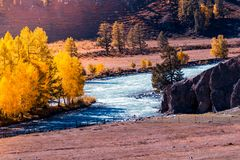 Взгляд широкого реки горы, рта реки Стоковое Фото