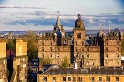 Взгляд школы ` s Джордж Heriot от замка Эдинбурга во время стоковые фотографии rf