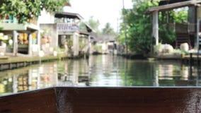 Взгляд шлюпки длинного хвоста, на реке рынка Damnoen Saduak популярном плавая около 100 km к юго-западу от Бангкока в RATCHABURI  видеоматериал
