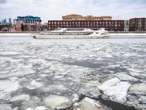 Взгляд шлюпки отклонения на замороженном реке Moskva стоковая фотография