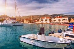 Взгляд шлюпок и портового района Trogir, городок ЮНЕСКО в ориентир ориентирах Хорватии Взгляд исторических зданий и порта со шлюп стоковые фото