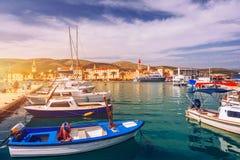 Взгляд шлюпок и портового района Trogir, городок ЮНЕСКО в ориентир ориентирах Хорватии Взгляд исторических зданий и порта со шлюп стоковое фото