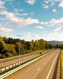 Взгляд шоссе от вверх стороны/красочной сцены шоссе/голубых небес и живых цветов стоковые изображения
