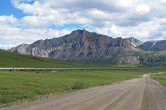 Взгляд шоссе Dalton с нефтепроводом, водя от Вальдес, Фэрбенкс к заливу Prudhoe, Аляске, США стоковое фото