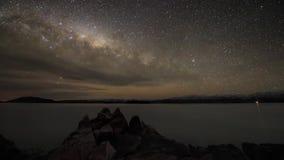Взгляд эффектной долгой выдержки промежутка времени северного света устоичивый на ночном небе галактики млечного пути метеорного  видеоматериал