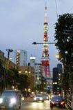 Взгляд Японии, токио, ночи пересечения дорог и токио возвышаются Стоковая Фотография RF