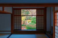 Взгляд японского сада двора через сползая седзи дверей с защитной сеткой комнаты в Genko-an стоковое фото