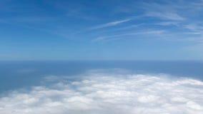 Взгляд ясного неба с морем белых облаков в небе от самолета Стоковое фото RF