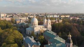 Взгляд Aeral к святой троице Александру Nevsky Lavra Архитектурный комплекс с правоверным монастырем, неоклассическим собором a сток-видео