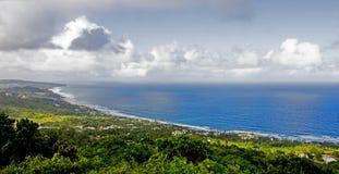 Взгляд Bathsheba прибрежный от скалы ` s Hackleton в Барбадос Стоковые Изображения