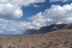 Взгляд Caleta de Famara, Лансароте, Канарских островов, Испании стоковые изображения rf