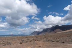 Взгляд Caleta de Famara, Лансароте, Канарских островов, Испании стоковое изображение