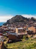 Взгляд Copacabana и monte del Calvario в озере Titicaca стоковое фото rf