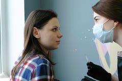 Взгляд Cosmetologist на глазах ` s клиента слоение плетки масло состава красотки ванны мылит обработку Стоковые Фото