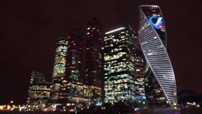 Взгляд Defocus города ночи синь красит небоскребы заречья финансовохозяйственные Современные небоскребы сток-видео