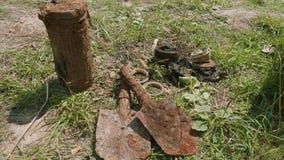 Взгляд digged remainings маск gaz и лопаткоулавливателя разминирования Второй Мировой Войны видеоматериал