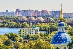 Взгляд Dnieper и левый берег Киева от ботанического сада стоковое изображение