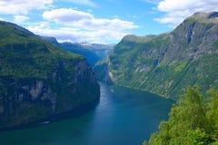 взгляд geiranger фьорда горизонтальный панорамный стоковое изображение rf