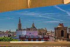 Взгляд Giralda и собор Севильи от парасоля Metropol грибов, Севильи, Андалусии, Испании стоковое фото rf