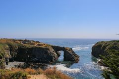 Взгляд Headlands Mendicino Калифорнии к пляжу от свода утеса - селективного фокуса стоковое изображение