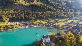 Взгляд Iseltwald Швейцария воздушное 4k бирюзы Iseltwald Швейцарии воздушный 4kLake Brienz бирюзы взгляда Brienz озера сток-видео