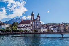 Взгляд jesuitenkirche и окрестностей от моста часовни, Люцерна, Швейцарии Стоковое Изображение RF