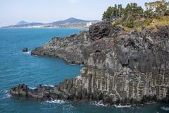 Взгляд Jusangjeollidae Jusangjeolli каменные штендеры сложенные вверх по побережью и обозначенный культурный памятник Jeju стоковая фотография rf