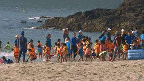 Взгляд Kindergarteners после играть детей в жилетах сток-видео
