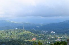 Взгляд Kumily среди западного Ghats и облачного неба от точки зрения Ottakathalamedu, Кералы, Индии стоковое изображение