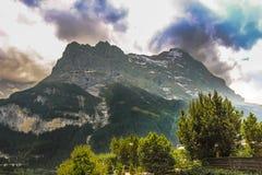Взгляд Mattenberg от долин Grindelwald стоковая фотография rf