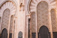 взгляд mosque& x27 Хасана II; ворота s большие - Касабланка, Марокко стоковые изображения rf