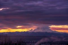 Взгляд Mount Rainier в положении Вашингтона стоковые фотографии rf