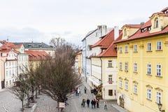 Взгляд Na Kampe улицы около Карлова моста в Праге, стоковые фото