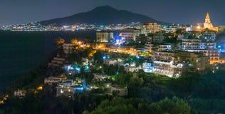 Взгляд Nighttime Vico Equense с Vesuvius в предпосылке Стоковые Фотографии RF