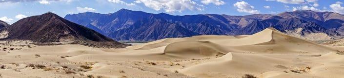 Взгляд Panomaric песчанных дюн около монастыря Samye - Тибета Стоковое Фото