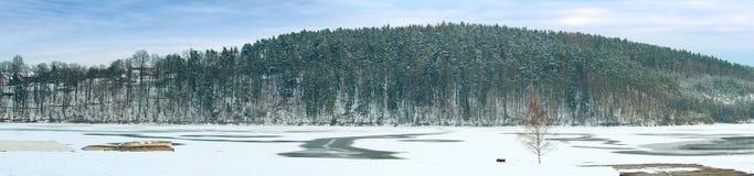 Взгляд Panoramatic к запруде зимы в Rimov на реке Malse Стоковые Фотографии RF
