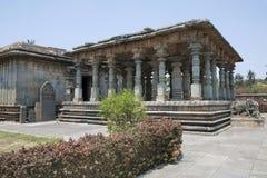 Взгляд Parshvanatha Basadi, комплекса виска Basadi Halli jain, Karnataka Главная святыня на левой стороне и Navaranga Hall в прав стоковое изображение