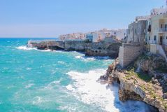 Взгляд Polignano конематка с пеной грубых и моря стоковое фото rf