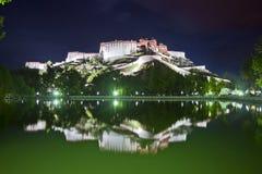 взгляд potala дворца ночи Стоковые Фотографии RF