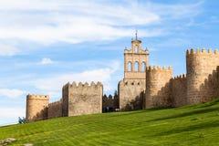 Взгляд Puerta de Кармен и средневековых городских стен окружая город АвилРстоковая фотография