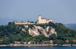 Взгляд Rocca Borromea в городке Angera, Angera, озера Maggiore, Варезе, Ломбардии, Италии стоковые фотографии rf
