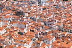 Взгляд s-глаза ` птицы на крышах зданий красных крыть черепицей черепицей городка Nazare Por стоковое изображение rf