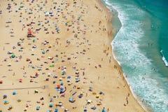 Взгляд s-глаза ` птицы на пляже riviera Nazare на побережье Атлантики стоковая фотография rf