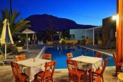 Взгляд Santorini Греция ночи ресторана бассейна гостиницы Стоковая Фотография RF