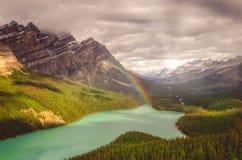 Взгляд Snecin озера Peyto и скалистых гор с радугой стоковые фото