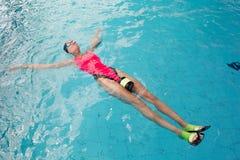 Взгляд sporty заплывания женщины нося в розовом купальнике стоковое изображение rf
