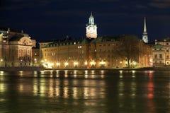 взгляд stockholm Швеции ночи gamla stan стоковые фото