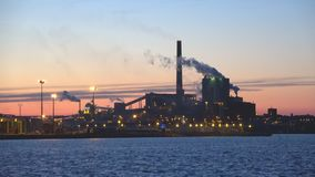 Взгляд ` Sunila ` пульпы и бумажной фабрики в сумерк в июне взгляд sapokka утеса парка ландшафта kotka Финляндии города сток-видео