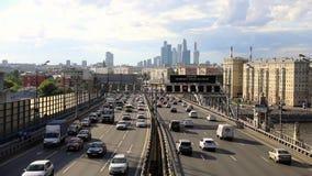 Взгляд Timelapse многоэтажных зданий и метрополии перехода, движение и расплывчатые света автомобилей на мульти-майне акции видеоматериалы
